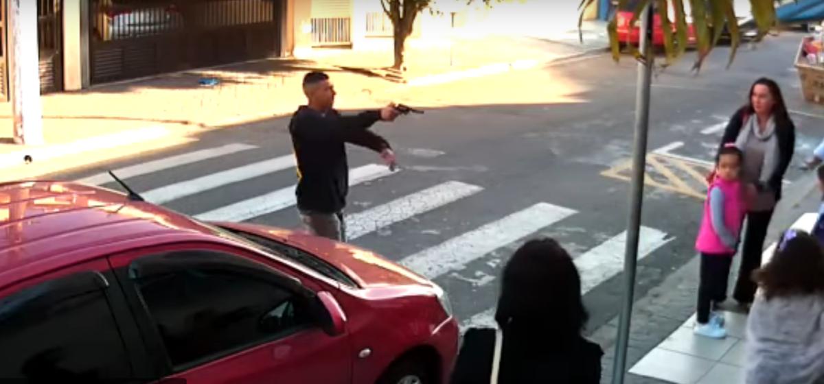 Видеофакт. Бразилец попытался ограбить женщин, но одна из них оказалась полицейским и пристрелила его