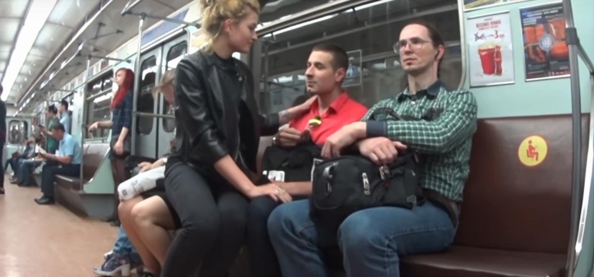Видеоэксперимент. Девушка в минском метро садится незнакомым парням на колени — посмотрите на их реакцию