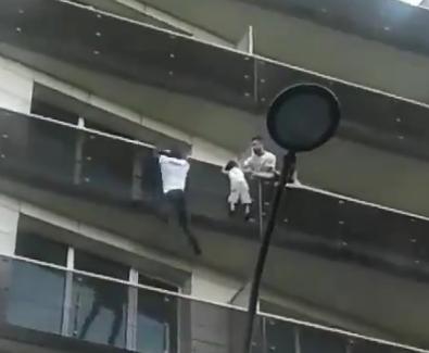 Настоящий Человек-паук: во Франции приезжий парень залез по фасаду и спас четырехлетнего ребенка (видео)