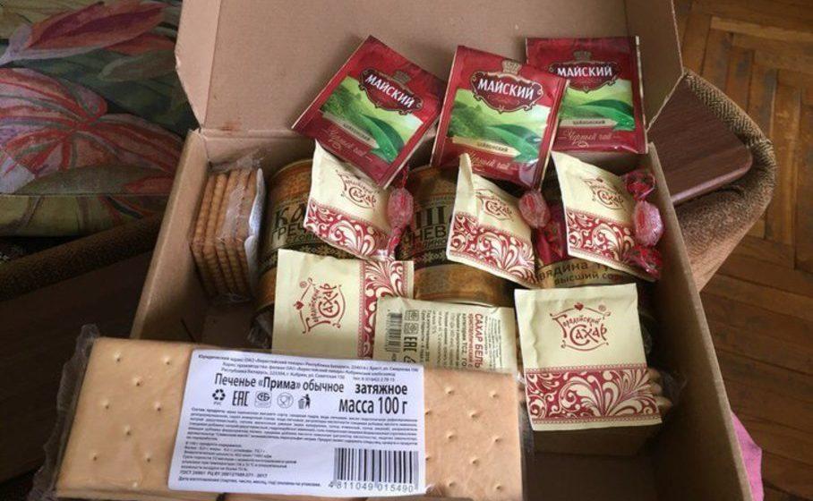 В Бресте ветерану в честь Дня Победы вручили коробку с сухим пайком с просроченным печеньем