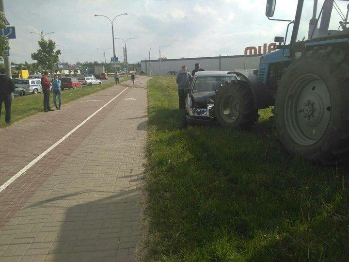 В Минске Mercedes вылетел на газон и врезался в трактор — пострадал 5-летний ребенок
