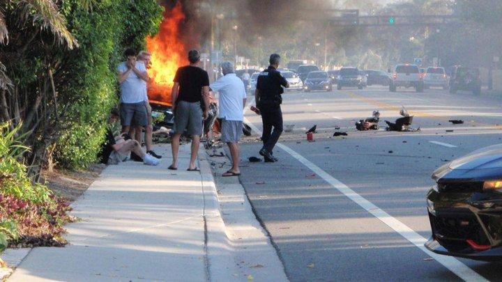 В США электромобиль Tesla по непонятным причинам врезался в стену и загорелся — погибли два подростка