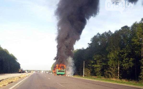 В Лидском районе полностью сгорел автобус, перевозивший рабочих с пилорамы в ЛТП