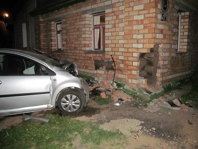 В Червенском районе Citroen протаранил забор и врезался в жилой дом — водитель погиб, пассажир в реанимации