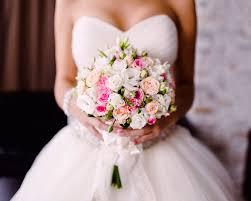 Видеофакт. Невеста бросила на свадьбе букет и проломила потолок