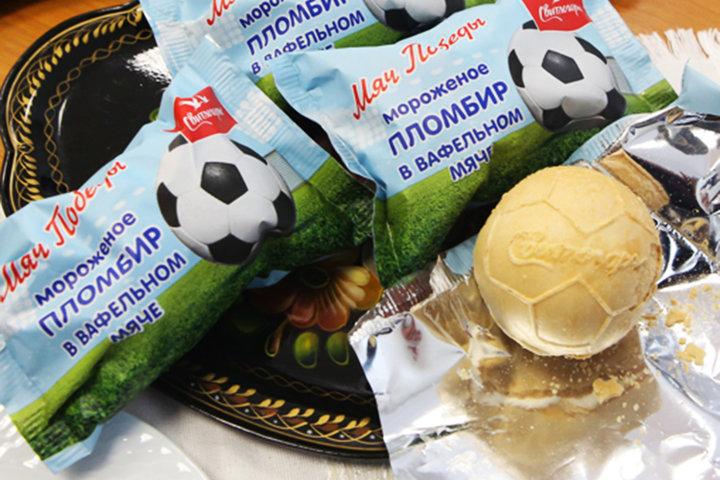 В Минске сделали мороженое в форме футбольного мяча