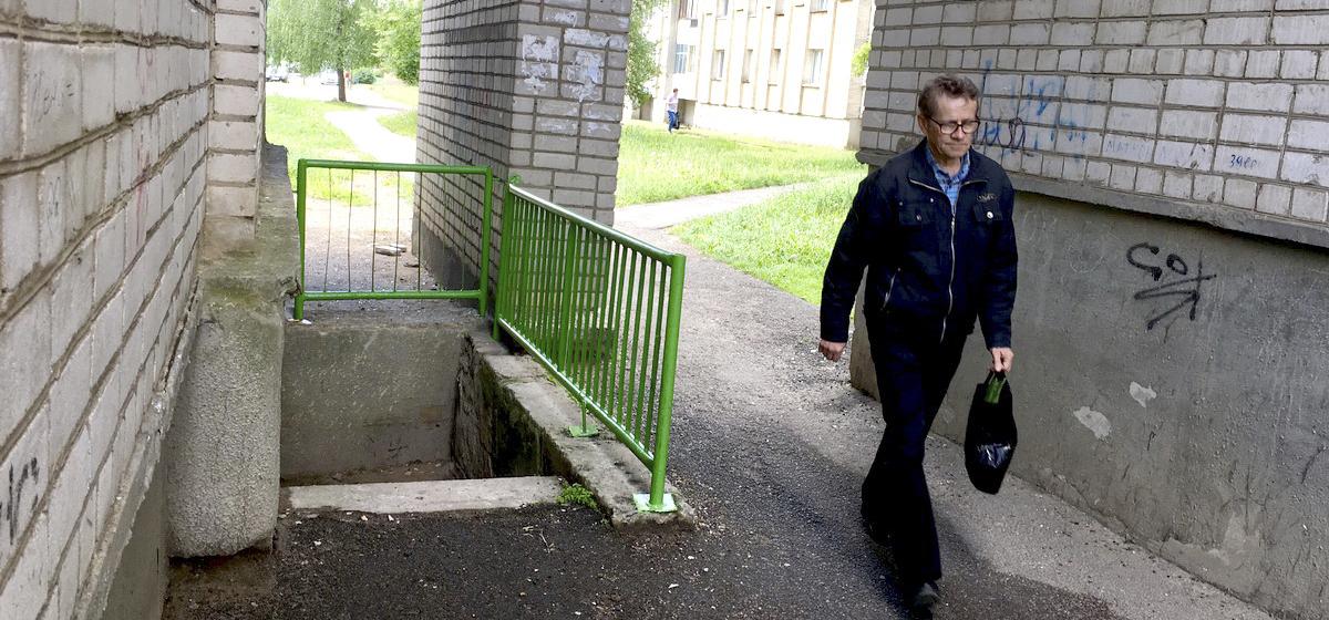 Оградили подвальную яму, куда упала жительница Барановичей. Девушка планирует добиваться компенсации за лечение через суд