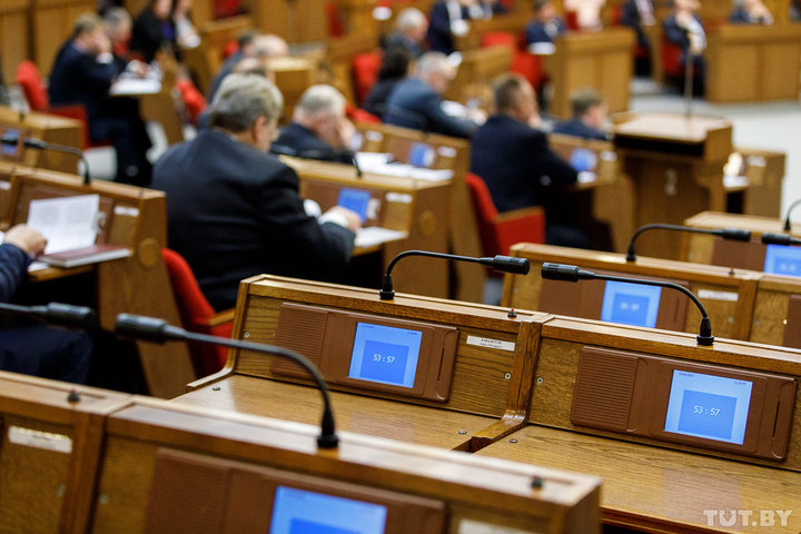 Только два депутата парламента проголосовали против нового «декрета о тунеядстве»