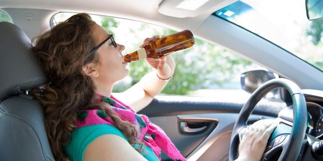 В Минске сильно пьяная женщина-водитель на Audi Q5 приехала забрать дочь из кинотеатра