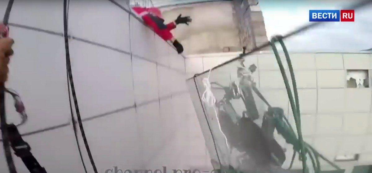 Рабочие уронили 380-килограммовое стекло с 47-го этажа в Москве (видео)