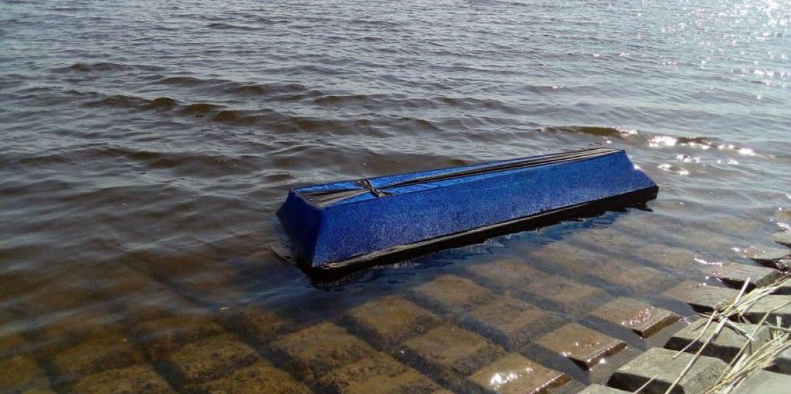 Фотофакт: В Солигорске к берегу водохранилища прибило гроб