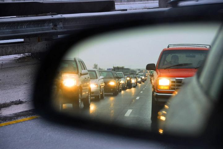 В Беларуси с 25 мая водители обязаны и днем ездить с включенным ближним светом