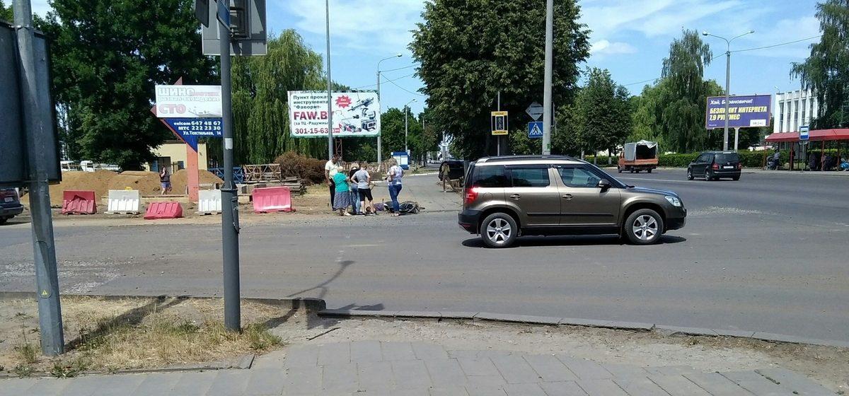 Фотофакт. В Барановичах велосипедист врезался в бордюр, упал и получил травмы
