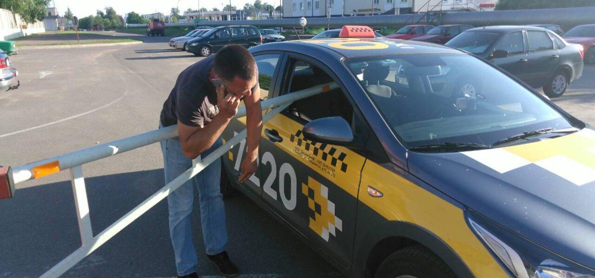Фотофакт. В Витебске непонятным образом шлагбаум насквозь пробил машину такси