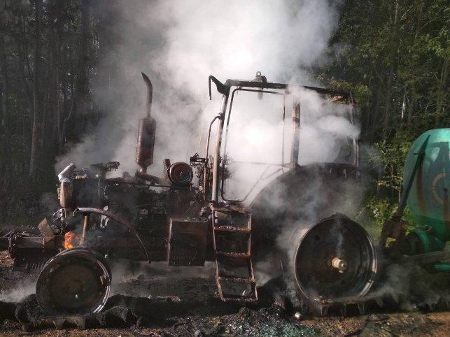 На Витебщине пьяный водитель ездил на охваченном огнем тракторе (фото)