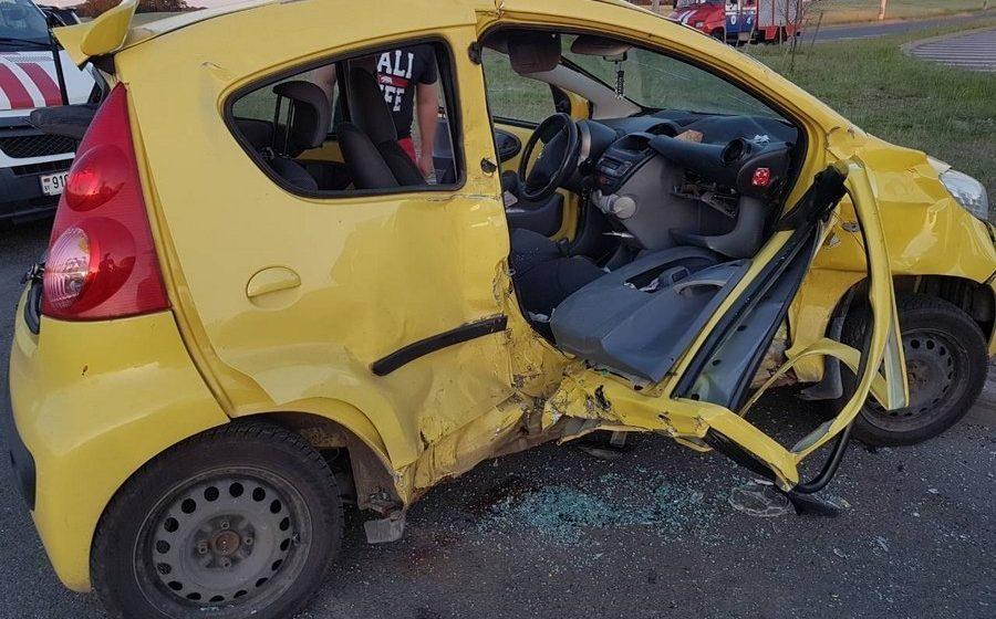 Под Минском Peugeot столкнулся с двумя Mercedes: среди пострадавших дети