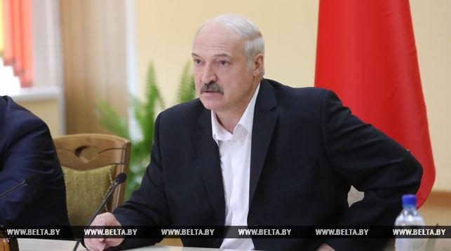 Лукашенко потребовал за два года довести среднюю зарплату в сельском хозяйстве до тысячи рублей