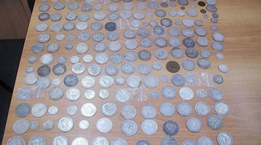 Житель Армении пытался в тайнике провезти через белорусскую таможню почти три тысячи древних монет и банкнот (фото)
