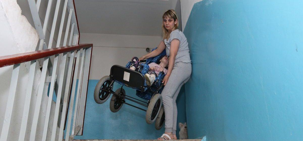 В Барановичах у подъезда, где живет девочка с ограниченными возможностями, установят подъемную платформу