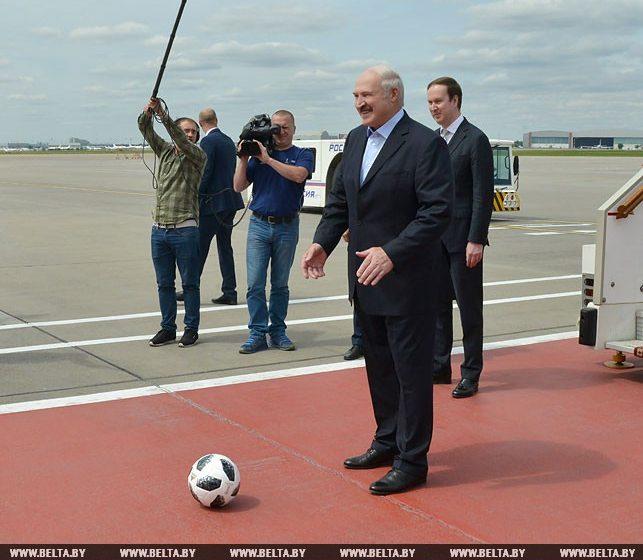 Лукашенко прилетел в Москву, поиграл с Забивакой и оставил россиянам автограф (видео)