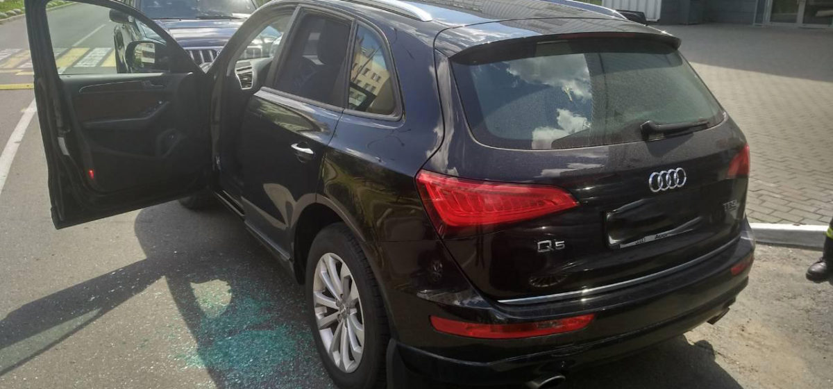 В Минске женщина случайно закрыла в машине грудного ребенка. Пришлось разбивать стекло