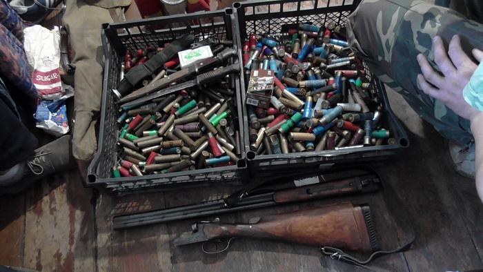 Под Ляховичами у браконьера нашли арсенал оружия и боеприпасов (фото, видео)