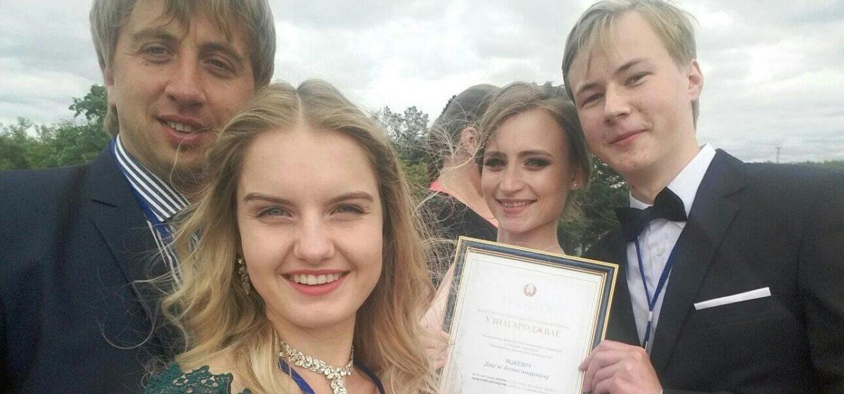 Студенты из Барановичей отправились на бал выпускников к президенту