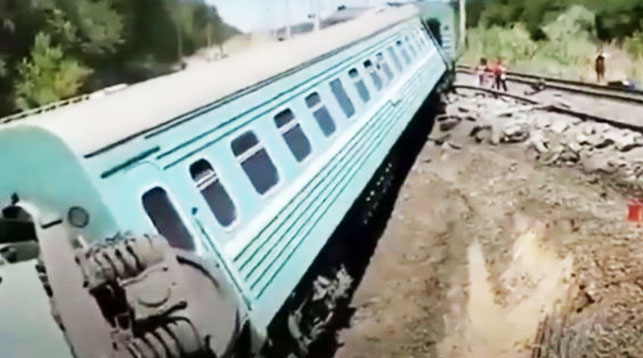 В Казахстане с рельсов сошел пассажирский поезд. Погиб подросток, есть пострадавшие (видео)