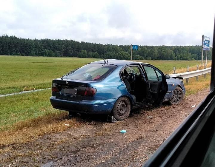 В Барановичском районе Nissan влетел в отбойник