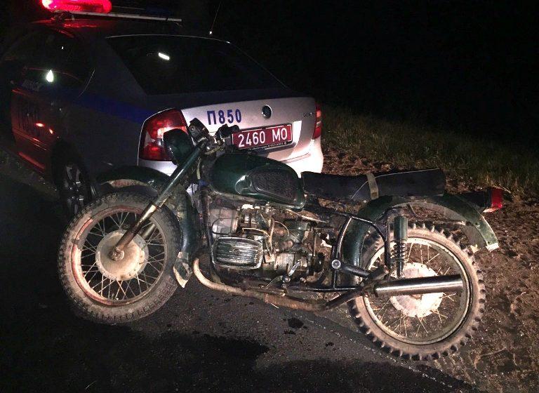 В Заславле пьяный 15-летний парень врезался на мотоцикле в машину ГАИ, сбежал и пошел домой спать
