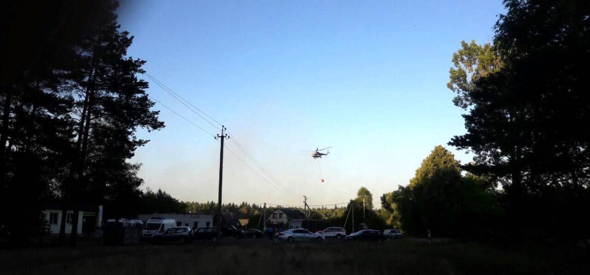 Огонь тушат вертолетом. В деревню Тартаки посторонних не пускают. Что происходит на пожаре возле полигона?