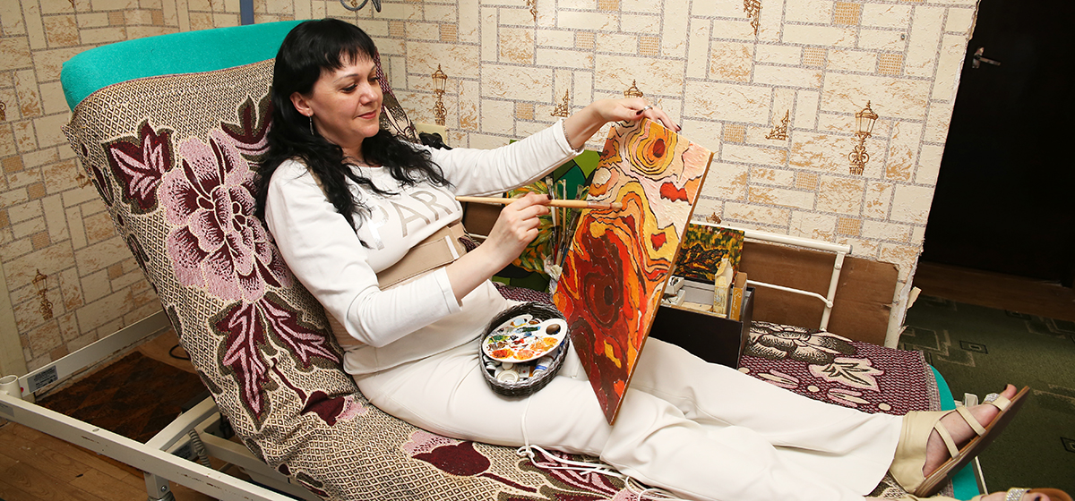 «Не знала, как жить дальше». У жительницы Барановичей после операции отнялись ноги, но она научилась ходить и рисовать картины
