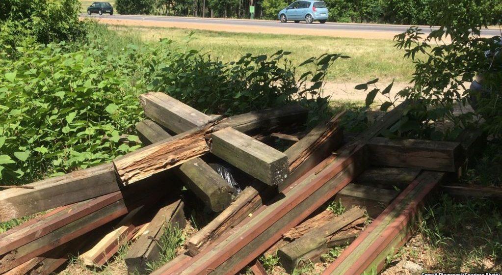 Неизвестные повалили деревянные кресты, которые защитники Куропат выставили около проезда в ресторан «Поедем поедим»