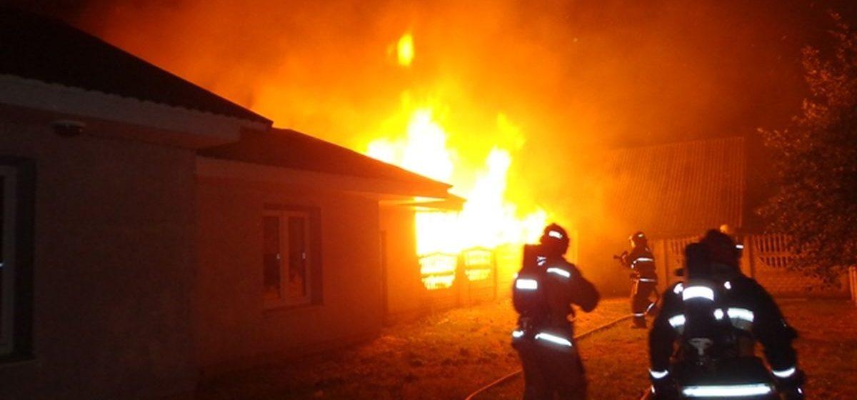 В Барановичах из-за пожара в деревянном сарае загорелся соседский гараж