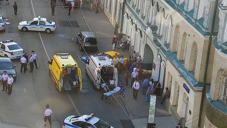 В центре Москвы автомобиль въехал в толпу. Есть пострадавшие (видео)