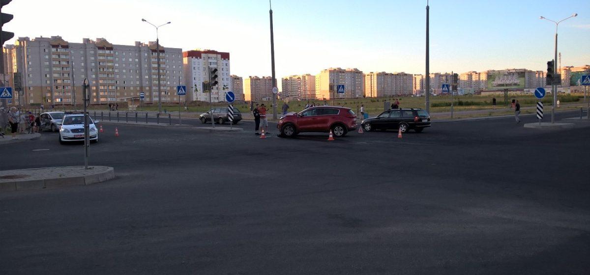 Фотофакт. В Барановичах на перекрестке, где отключен светофор, столкнулись  два автомобиля