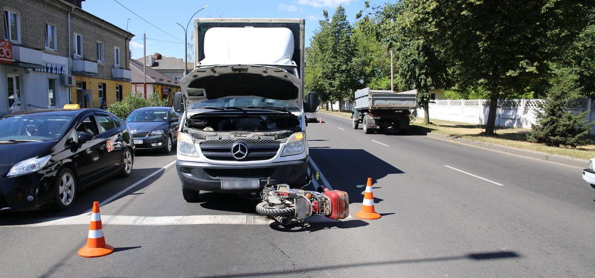 В Барановичах на улице Баранова в результате ДТП мопед залетел под грузовик