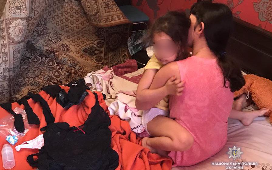В Украине муж и жена снимали порно со своей 4-летней дочерью