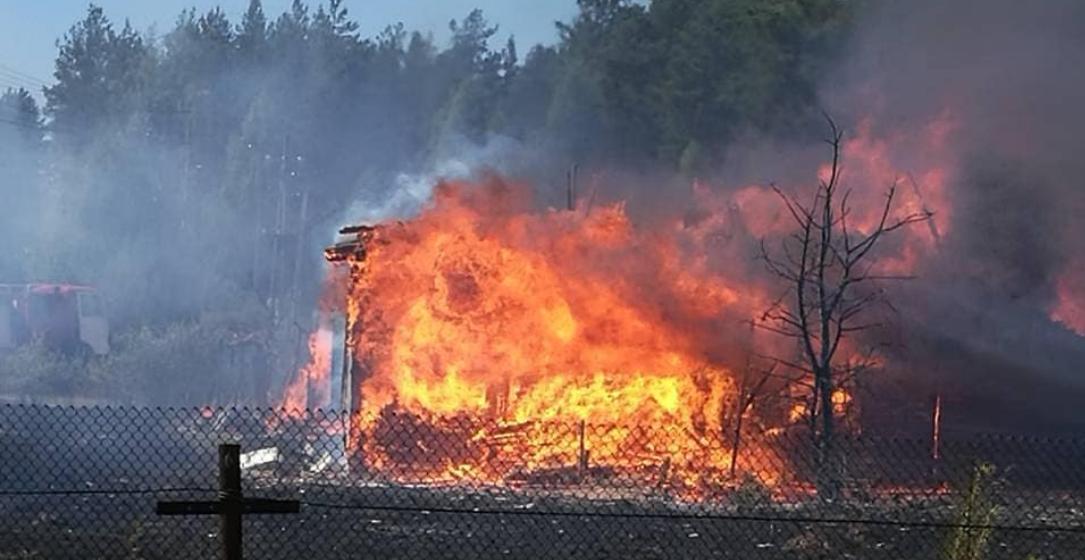 Под Барановичами в деревне Лесной горели дом и два сарая (фото, видео)