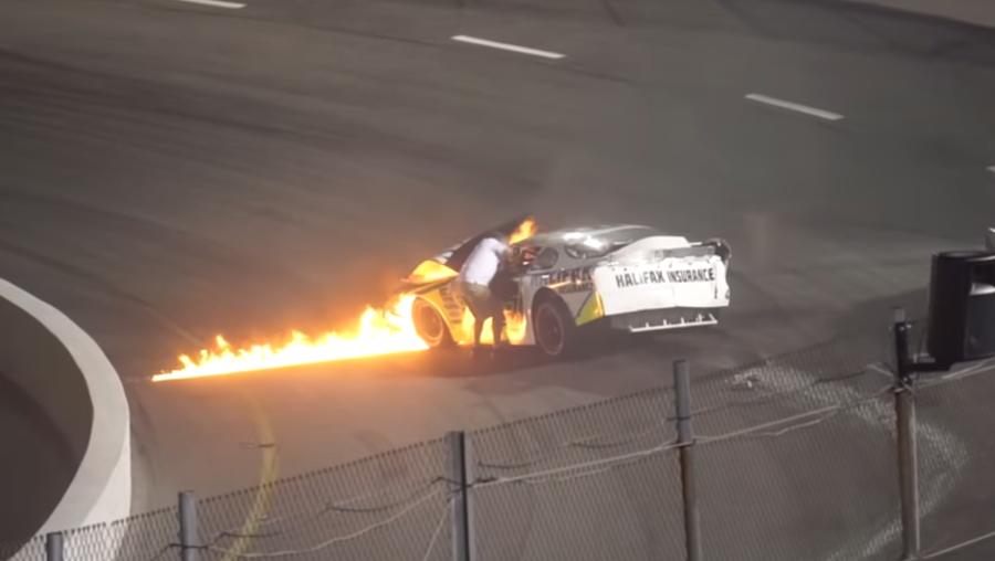 В США отец гонщика NASCAR во время заезда спас сына из загоревшейся машины (видео)