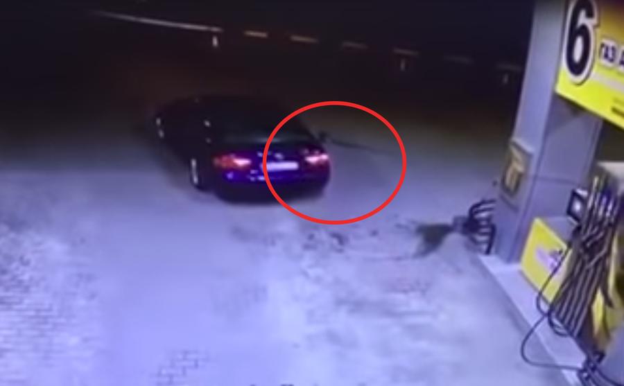 В Украине водитель забыл достать пистолет из бака автомобиля и устроил взрыв на АЗС. Запись с камер видеонаблюдения