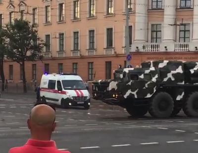 Видеофакт. В Минске колонна военной техники не пропустила автомобиль скорой помощи