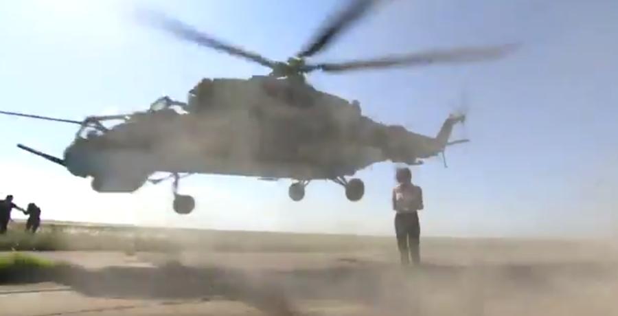 Видеофакт. В России девушка репортер ради эффектного кадра чуть не попала под винт вертолета Ми-24