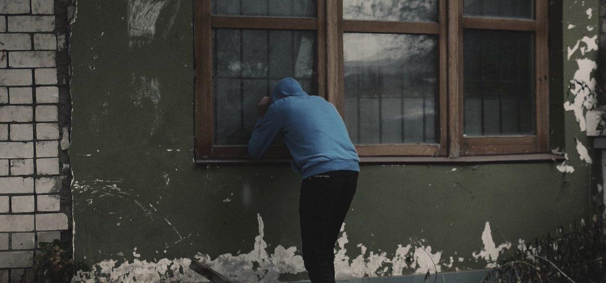 В Барановичском районе бомж обокрал магазин