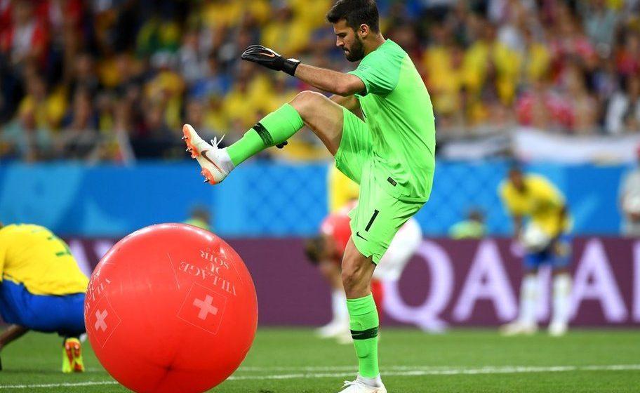 Вратарь сборной Бразилии стал мемом после того, как ногой лопнул воздушный шар, который болельщики выбросили на поле (фото, видео)