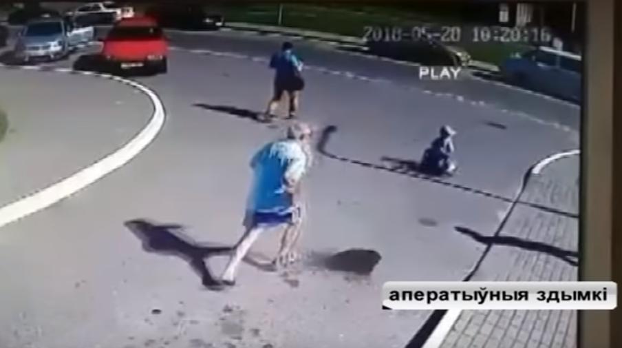 Видеофакт. В Гродно милиционер спас маленького мальчика, который чуть не попал под машину