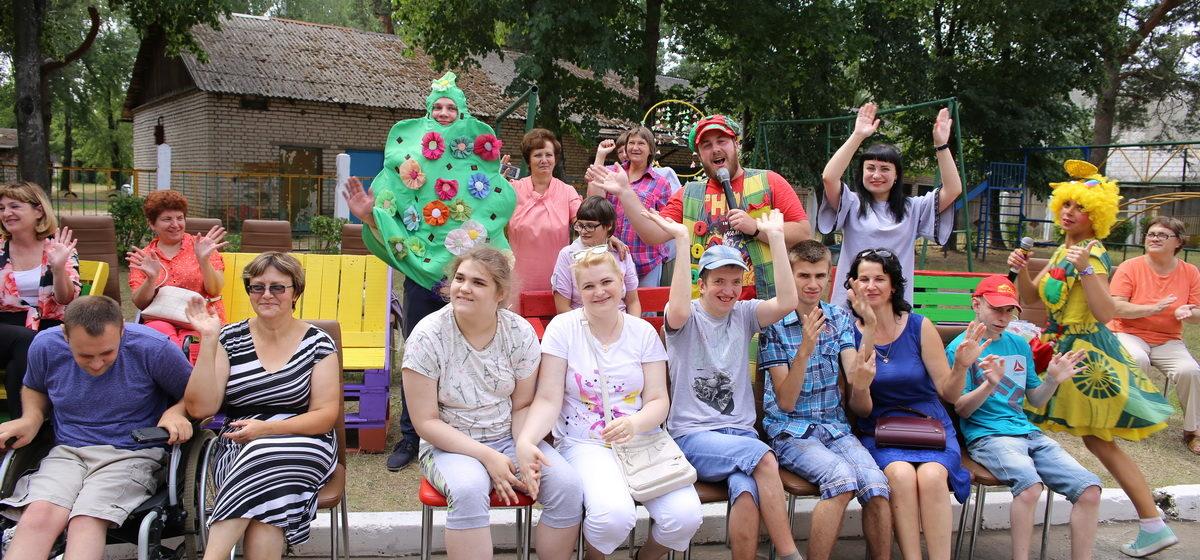 Барановичские автомобилисты подарили инвалидам скамейки, сделанные своими руками