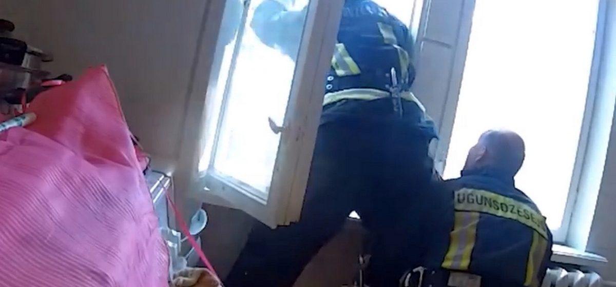 В Латвии спасатели поймали на лету падающую с четвертого этажа женщину (видео)