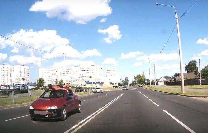 В Рогачеве мужчина в плавках катался на крыше автомобиля (видео)