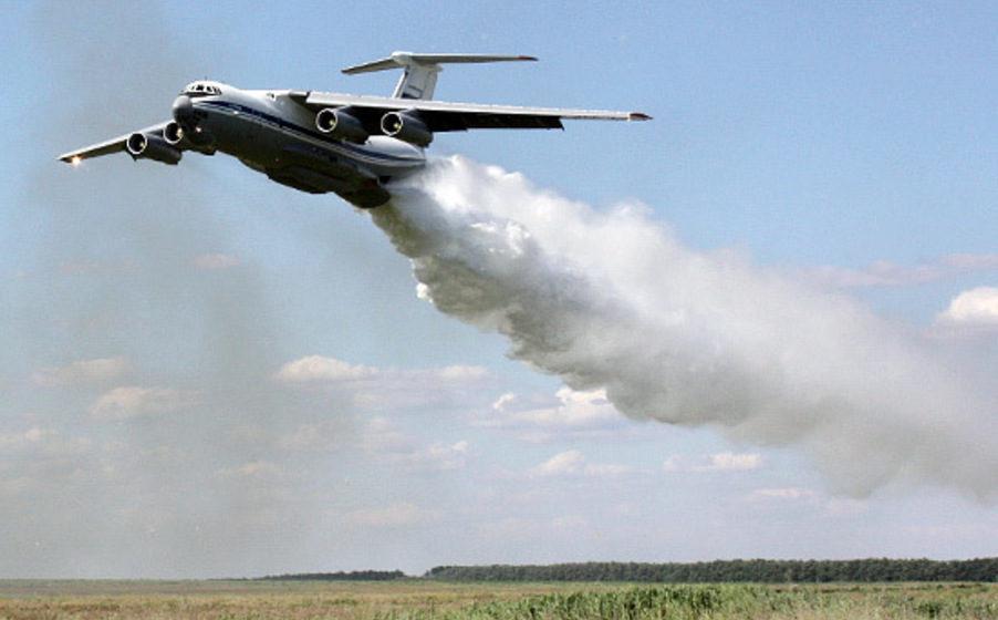 Видеофакт. В Подмосковье самолет спасателей Ил-76 случайно сбросил 40 тонн воды на ДПС